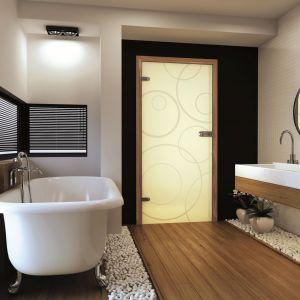 Drzwi szklane z kolekcji Amber doskonale prezentują się w stylowych aranżacjach domów i apartamentów. Szkło może być przejrzyste lub mleczne, zapewniające większą intymność. Do wyboru są także wzory na tafli – od gładkiej powierzchni po motywy geometryczne. Fot. Invado