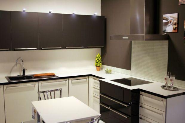 Oświetlenie nowoczesnej strefy umywalkowej w łazience powinno być eleganckie, a przy tym równomiernie iluminować całą twarz. Wymaga to nie tylko optymalnych parametrów świecenia, ale też prawidłowego umiejscowienia samych źródeł światła.
