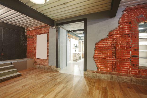 W ostatnich latach odnowione budynki byłych fabryk stały się luksusowymi i atrakcyjnymi obiektami mieszkaniowymi. Tym jednak, którzy pragną posiadać stylowe, postindustrialne mieszkanie w łagodniejszym wydaniu, deweloperzy proponują tzw. soft loft