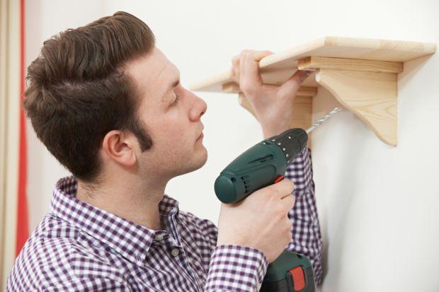 Ściany wewnętrzne, w tym także działowe wykonuje się z przeróżnych materiałów. Zanim chwycimy za wiertarkę lub śrubokręt, sprawdźmy zatem, co kryje się pod warstwą tynku lub gładzi – beton, cegła, a może płyta g-k? Rodzaj ścian przes