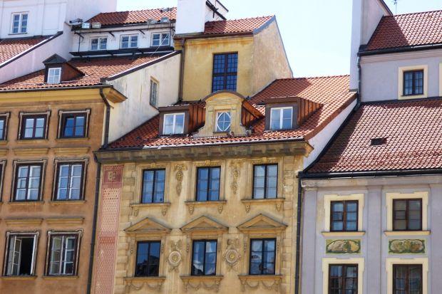 Modernizacja i remont budynków zabytkowych to przedsięwzięcie bardzo złożone i powiązane z licznymi normami prawnymi. Dobrze zaplanowane może jednak przynieść wiele korzyści zarówno właścicielowi nieruchomości, jak i przyszłym lokatorom.