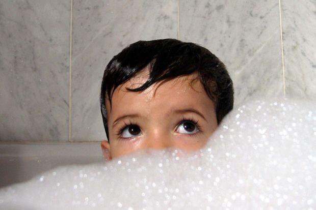Wraz z pojawieniem się w rodzinie dziecka często okazuje się, że nasze mieszkanie lub dom trzeba nieco przeorganizować, aby ułatwić sobie codzienną opiekę nad potomstwem. Szczególnym takim miejscem jest łazienka.