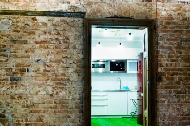 Mieszkanie w starej kamienicy, położonej w samym centrum Wrocławia, dzięki zabiegom projektantów oraz otwartości inwestora na nieszablonowe rozwiązania, zyskało zupełnie nowy charakter. Jak to zazwyczaj bywa w przypadku starych obiektów, podczas