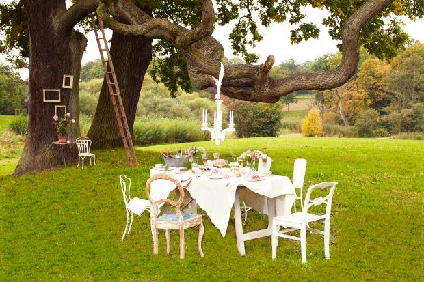 Gdzie latem jedzenie smakuje najlepiej? Oczywiście w plenerze! Ogrodowe przyjęcia mogą przyjąć rozmaite formy. Pobudź kreatywność kulinarną i aranżacyjną. Z porcelanowymi kolekcjami Villeroy & Boch możesz przenieść się do krainy cza