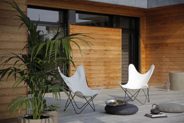 Lato to doskonały czas, aby zająć się odnowieniem drewna na zewnątrz naszych domów. W ciepłe dni łatwiej jest się zabrać za prace remontowe drewnianej elewacji czy pokrycia tarasu. Jak się do tego przygotować?