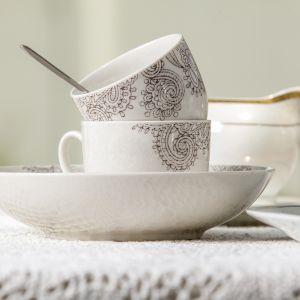 To porcelanowa linia naczyń do serwowania posiłków na każdą chwilę i okazję. Oryginalny dekor w odcieniu srebrno-szarym w połączeniu z czystą bielą porcelany dają gwarancję elegancji na każdym stole. Fot. Ambition