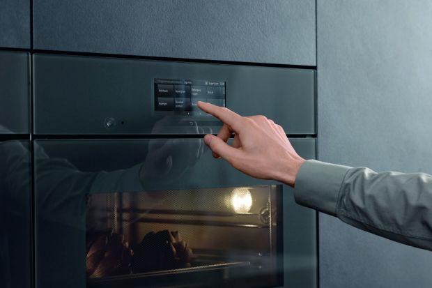 Nowoczesne kuchnie łączą nie tylko innowacyjne technologie, ale też i bezdotykowe rozwiązania. Sprawdzają się one nie tylko w kuchennych urządzeniach AGD, jak i w samej zabudowie mebli kuchennych. Zoba