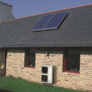 W jednym budynku można z powdzeniem zainstalować i kolektory słoneczne i pompę ciepła. Fot. Atlantic