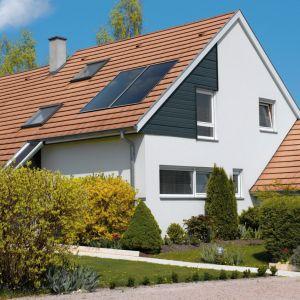 Najkorzystniejsze i zalecane nachylenie kolektorów słonecznych wynosi od 30º do 45º, na południowej połaci dachu. Fot. De Dietrich