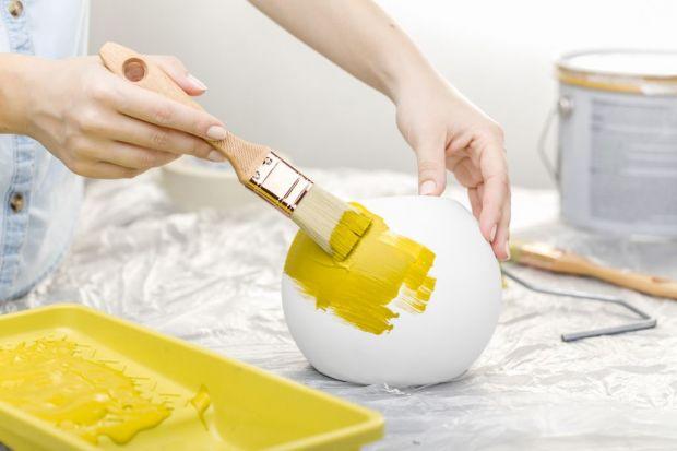 Tradycyjna lampa umieszczona w centrum sufitu już dawno odeszła do lamusa. Dziś, dzięki innowacyjnej serii Lumigesso z portfolio firmy GTV, wykonanej z eleganckiego, białego gipsu, który daje możliwość dowolnego malowania metodą DIY, oprawa staj