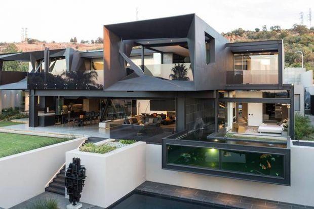 Kloof Road House, zaprojektowany przez Nico van der Meulen Architects, położony jest na obrzeżach Johannesburga. Inwestor poprosił o rodzinny, nowoczesny dom, w którym czas można spędzać zarówno wewnątrz, jak i na zewnątrz. Ponadto założeniem