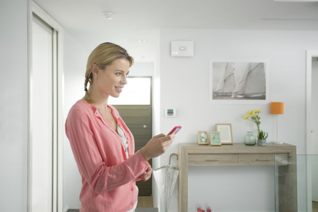 Czujniki mogą uczynić dom i przestrzeń wokół niego bezpieczniejszym miejscem. Jak to zrobić? Wszystko zależy od rodzaju czujek, jakie zdecydujemy się zainstalować na terenie naszej posesji, jak i domu.