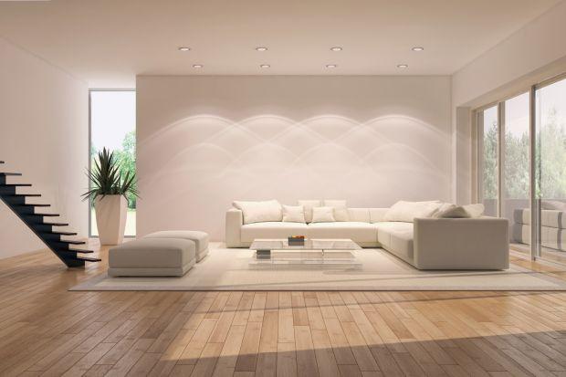 Naturalne drewno od lat nie wychodzi z mody i zdobywa serca wielu użytkowników. Wszystko za sprawą wyjątkowo eleganckiego wyglądu – przepięknych słojów i niezwykłej kolorystyki. Strona wizualna to jednak nie jedyne walory tego materiału. Ogrom