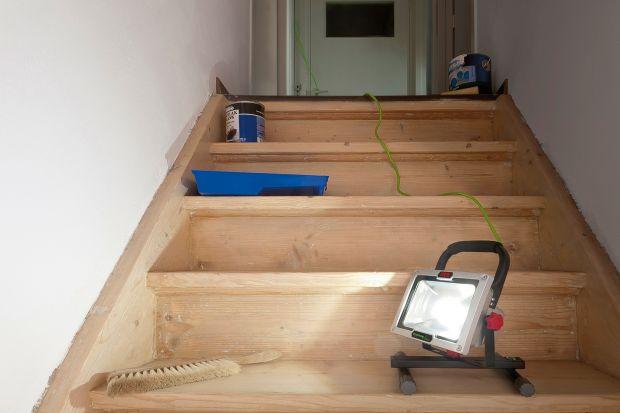 Część prac remontowych, czy naprawczych przeprowadzana jest w pomieszczeniach bez oświetlenia.Wynika to z kolejności poszczególnych etapów remontu – niektóre prace należy wykonać przed położeniem i uruchomieniem instalacji elektrycznej, or