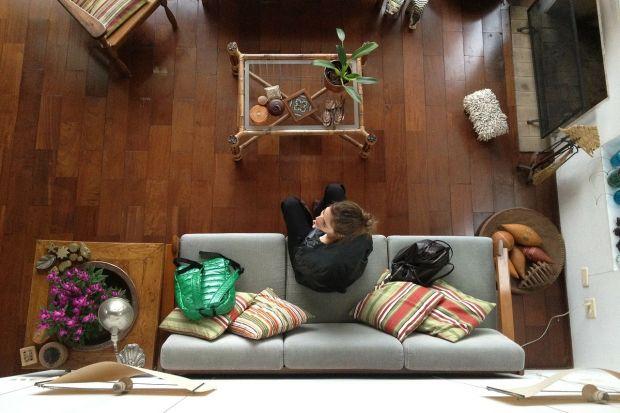 Lakier czy olej? Każdy, kto zdecydował się na montaż podłogi drewnianej, musi zadać sobie podobne pytanie. Odpowiedź będzie uzależniona przede wszystkim od własnych upodobań, ale nie tylko. Warto wiedzieć, czym różnią się od siebie obydwa
