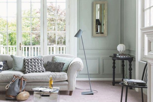 """Dom to miejsce odpoczynku i dlatego lubimy, gdy nawet najbardziej designersko urządzone wnętrze daje nam poczucie ciepła i przytulności. A efekt ten można osiągnąć w niezwykle prosty sposób. Miękka i puszysta wykładzina dywanowa idealnie """"udo"""