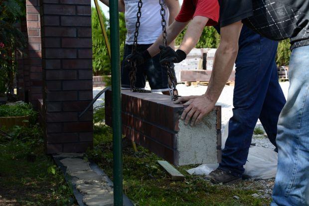 """""""Krok po kroku"""": wznoszenie klinkierowego ogrodzenia z gotowych materiałów w 24h"""