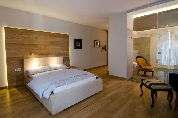 Ogrzewanie podłogowe to nowoczesne rozwiązanie grzewcze, które z powodzeniem zastępuje tradycyjne systemy ogrzewania domu lub mieszkania. Jako, że niesie ze sobą wiele korzyści, zarówno praktycznych, ekonomicznych, jak i estetycznych, jest coraz c