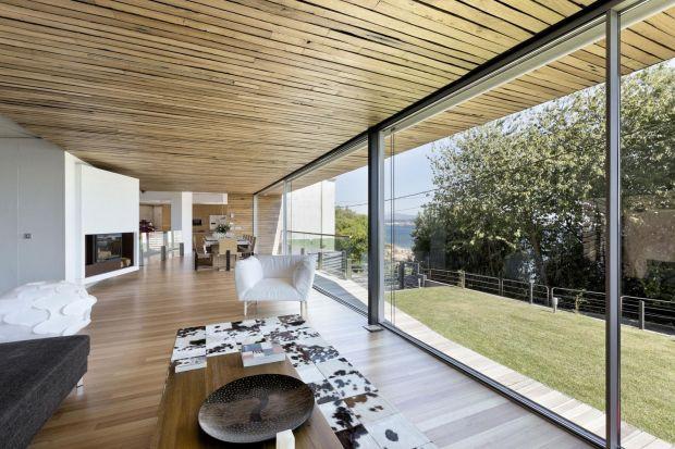 Połączenie drewna i betonu. Tak w telegraficznym skrócie można opisać wnętrze tego pięknego, nowoczesnego domu położonego w północno-zachodniej Hiszpanii. Głównym założeniem architektów było takie usytuowanie domu, aby jak najbardziej &qu