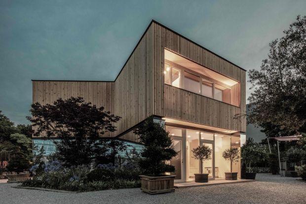 """Ten austriacki, drewniany dom """"52 Cubic Wood"""" jest wyjątkowy pod każdym względem. Nazywany jest fabryką tlenu, gdyż dzięki swojej konstrukcji uwalnia do atmosfery tlen. Poza tym właściciel zażyczył sobie, aby znalazło się w nim dwuko"""
