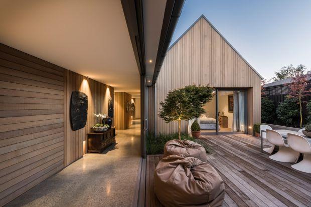 Ten dom, składający się z czterech osobnych budynków, powstał po tym jak w 2011 roku trzęsienie ziemi zniszczyło poprzednią posiadłość. Architekt Case Ornsby postanowił stworzyć wiejski dom w angielskim stylu, w którym dużą rolę odgrywa s