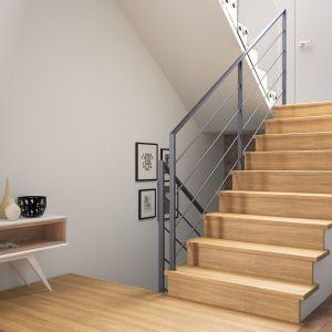 Obłożenie schodów betonowych drewnem dębowym w kolorze naturalnym, z ciemnoszarą poręczą Weld. Fot. Rintal Polska