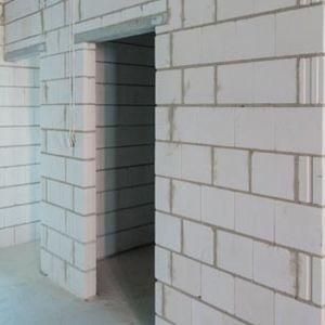 """Budowanie przegród o dużej masie powierzchniowej z silikatów jest prostym i ekonomicznie opłacalnym sposobem osiągania wysokiej izolacyjności akustycznej. Fot. Stowarzyszenie """"Białe murowanie"""""""