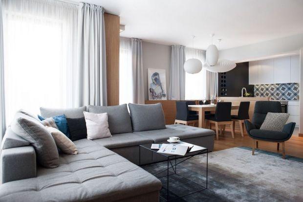 Młoda rodzina, która kupiła ponad stumetrowy apartament zlokalizowany kilka minut spacerem od urokliwego Starego Miasta w Gdańsku, ceni równowagę. Wybrała dla siebie miejsce, które jest położone blisko historycznych atrakcji miasta, a jednocześ