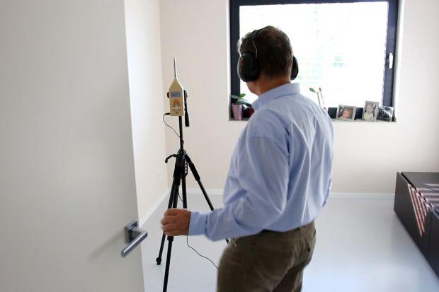Wyznacznikiem nowoczesnych domów jest wielowymiarowy komfort, odczuwalny nie tylko w kwestii efektywnego ogrzewania i chłodzenia pomieszczeń, ale także w zakresie akustyki. Właściciele energooszczędnego domu postanowili sprawdzić, co w nim słycha