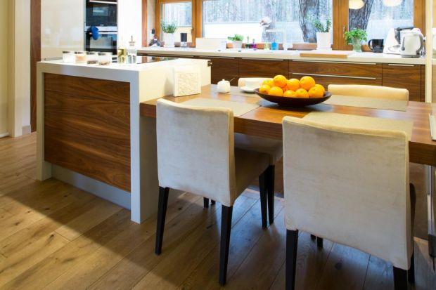 Drewniana podłoga pokryta olejem jest niezwykle urodziwa. Nadaje wnętrzu ciepła i naturalnego charakteru. Jest przy tym bardzo trwała. Pod warunkiem, że się ją pielęgnuje.