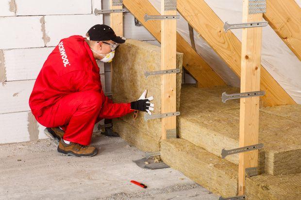 W Polsce w domach jednorodzinnych najczęściej występują dachy skośne, pod którymi często znajduje się dodatkowa powierzchnia użytkowa. Dlatego dach powinien być odpowiednio zaizolowany. Przeprowadzanie prac ociepleniowych na dachach i poddaszach