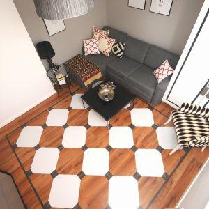 Ania Drozd i Beata Łańcuchowska zdecydowały się na odważny krok – postanowiły namalować obszerny wzór na kształt ozdobnego dywanu o wymiarach 250x250 cm. Do metamorfozy wybrana została farba marki V33 Podłogi drewniane & schody. Fot. Ania Drozd