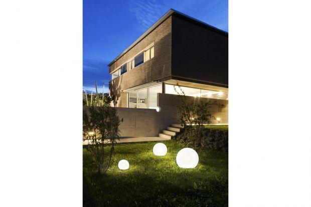 Kolekcja lamp CUMULUS to propozycja dla osób, które szukają pomysłu na oświetlenie ogrodu i przestrzeni wokół domu. W skład linii wchodzą trzy białe, kuliste lampy, zróżnicowane pod względem rozmiaru.Wszystkie produkty CUMULUS posiadają stop