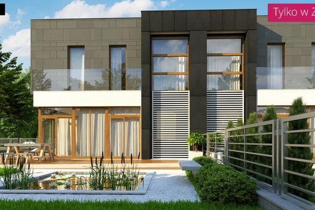 ProjektZb30 to propozycja domu idealnie przystosowanego do zabudowy bliźniaczej. Nowoczesne wykończenie elewacji podkreślono okładziną w odcieniach czerni, grafitu i szarości oraz zabezpieczeniem balkonów w postaci przeszklonej balustrady.