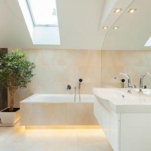 Współczesne łazienki coraz częściej przypominają salony kąpielowe, które stają się prawdziwą strefą relaksu. W końcu nic tak nie koi nerwów jak gorąca kąpiel z dodatkiem olejków eterycznych. Nastrój sprzyjający odpoczynkowi można wykreować także za pomocą odpowiedniego oświetlenia. Fot. Activejet