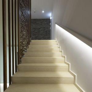 Oświetlenie schodów powinno być przede wszystkim funkcjonalne i umożliwiać bezpiecznie wchodzenie i schodzenie. Wystarczy zastosować prosty zabieg, który pozwoli stworzyć ciekawe i praktyczne aranżacje. Fot. Activejet