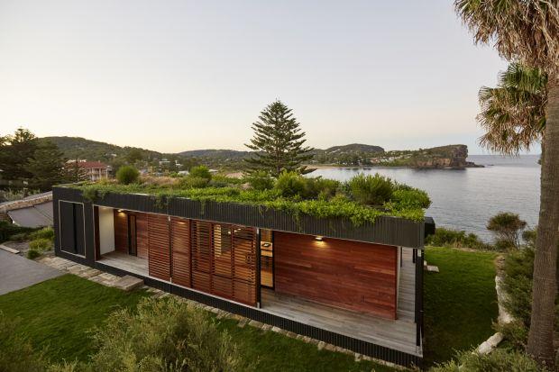 Ten modułowy dom z zielonym dachem położony na klifie nad malowniczą plażą Avalon w Australii powstał w zaledwie w 6 tygodni. Avalon house jest proekologiczny w każdym calu. Zastosowane w nim materiały zostały pozyskane i użyte w zgodzie z posz