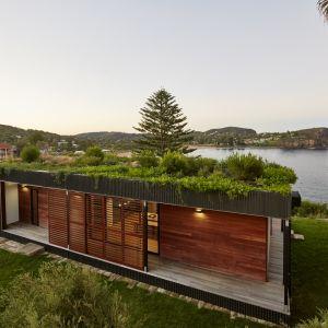 Ten modułowy dom z zielonym dachem położony na klifie nad malowniczą plażą Avalon w Australii powstał w zaledwie w 6 tygodni. Fot. Michael Wickham