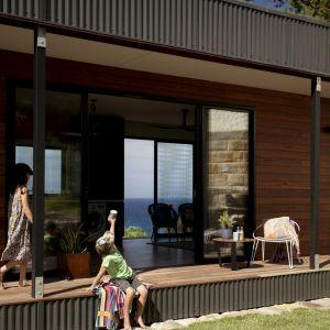 Dom został tak umiejscowiony, aby optymalnie wykorzystać ciepło słoneczne oraz aby nie spowodować nadmiernej erozji klifu. Fot. Tom Ross