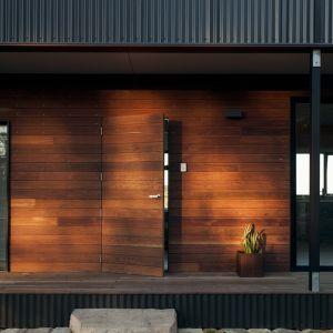 Drewniana elewacja nadaje naturalny wyląd oraz swoisty urok każdemu domowi modułowemu, które ze względu na technologię wznoszenia nie wyróżniają się wyszukanymi kształtami bryły. Fot. Tom Ross