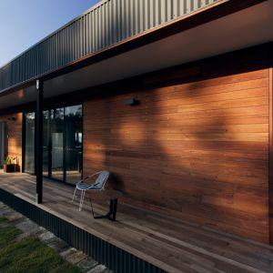 """Architekci zdecydowali się zastosować naturalne drewno """"z odzysku"""" na elewacji domu. Architekci z Archiblox czuwali także nad tym, aby przy wykonywaniu drewnianej elewacji, ekologiczne zużycie materiału nie wiązało się z jego bezsensownym marnotrawstwem. Fot. Tom Ross"""