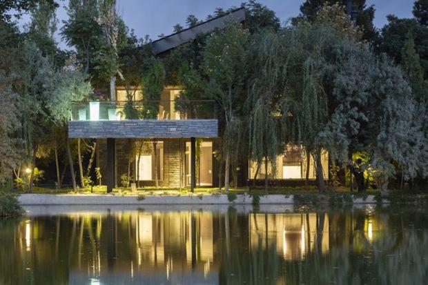 Ten dom o powierzchni 330 mkw otoczony malowniczą zielenią położony jest nad malowniczym irańskim jeziorem niedaleko miejscowości Karaj. Willa została tak zaprojektowana przez architektów ze studia Hooman Balazadeh, aby jej mieszkańcy poczuli si�