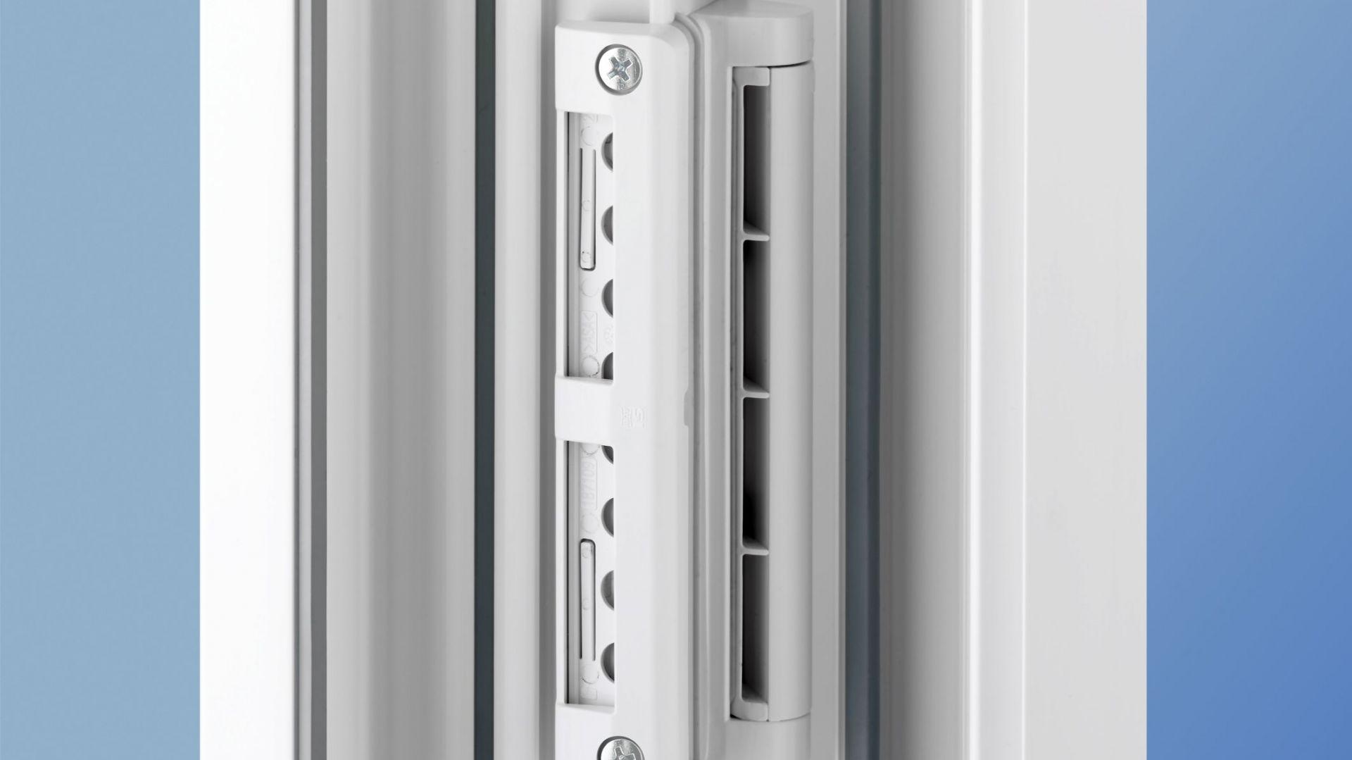 Pewnym rozwiązaniem (oprócz regularnego wycierania parapetów) jest systematyczne - co najmniej dwukrotne każdego dnia, wietrzenie domu. Niestety, oznacza to również utratę ciepła i uciążliwy obowiązek. Znacznie wygodniejsze jest zamontowanie nawiewników lub mikrowentylatorów, czyli urządzeń, które nieprzerwanie doprowadzają świeże powietrze.Fot. MS więcej niż Okna