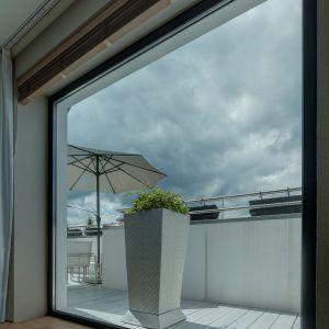 Nawiew świeżego powietrza następuje przez nawiewniki lub... nieszczelności okien, a wywiew przez kratki wentylacyjne zamontowane najczęściej w kuchni i łazience.Fot. MS więcej niż Okna