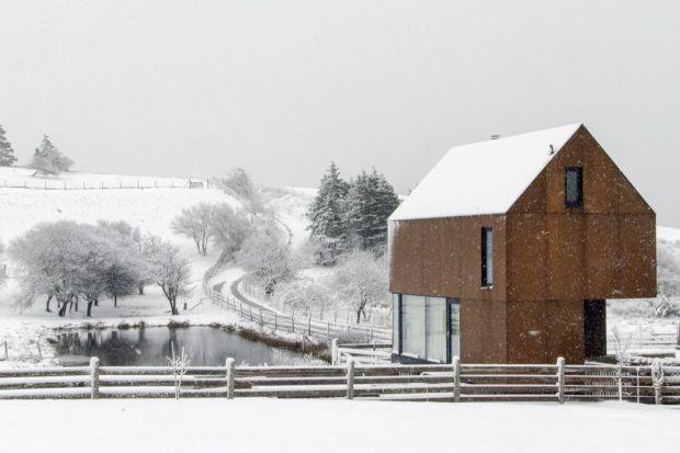 Ten wyjątkowy kanadyjski dom o powierzchni 700 mkw to połączenie nowoczesności i minimalizmu. Inspiracją przy jego tworzeniu był dom kanadyjskiego artysty ludowego Mauda Lewuisa. Stąd w jego wnętrzu znajdziemy prostą i minimalistyczny rozkład po