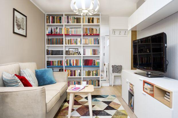 Wielu z nas wielka płyta kojarzy się z niezbyt ładnymi mieszkaniami. Prezentowany projekt wnętrz jednej z kawalerek pokazuje, że można przełamać ten stereotyp. Jak widać w bloku z wielkiej płyty też można stworzyć nowoczesne i przyjazne wnęt