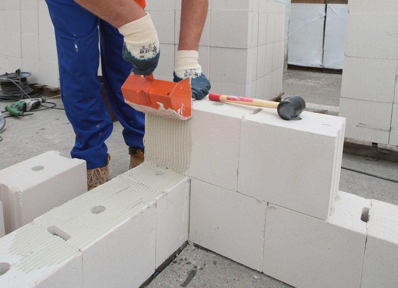 Bloczki silikatowe, dzięki powtarzalności wymiarowej i równej powierzchni pozwalają na wznoszenie ścian na tzw. cienką spoinę. Fot. Grupa Silikaty