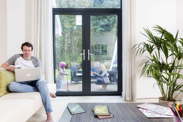Od stycznia 2017 roku wszystkie nowo powstające budynki będą musiały spełnić zaostrzone wymogi, m.in. w zakresie wyższej izolacyjności cieplnej okien i drzwi. Wprowadzane regulacje to kolejny krok do upowszechnienia budowy domów o niskim zużyciu