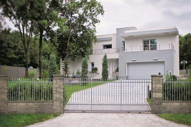 Ogrodzenie wyznaczające granice posesji od dawna nie pełni funkcji wyłącznie użytkowej. Stanowi również element dekoracyjny, a razem z bramą, furtką i ścieżką prowadzącą do wejścia – wizytówkę domu. Przedstawiamy najchętniej wybierane