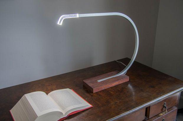 Minimalistyczna biurkowa lampa Agma stworzona przez Jeremiego Nagrabeckiego to najnowszy produkt marki Velt znanej z nowatorskiego podejścia do oświetlenia.